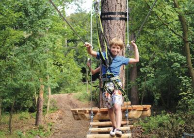 jongen-op-het-parcours-van-klimbos-zeeuwse-helden