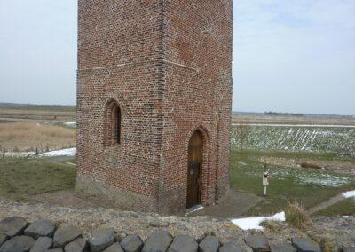 plompe-toren-van-dichtbij
